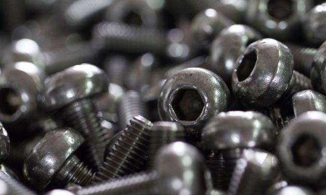 Hurtownia śrub – gdzie kupować elementy złączne?